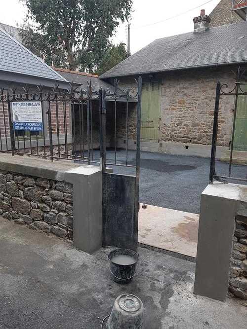Réfection de muret avec joints à la chaux et béton drainant noir dans la cour fermé Chantier St Lunaire resized201812051421455868