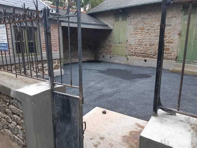 Réfection de muret avec joints à la chaux et béton drainant noir dans la cour fermé Chantier St Lunaire 0