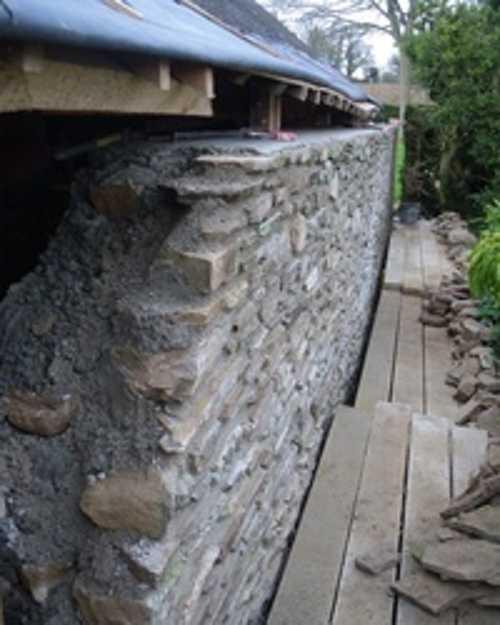 Mur en pierre extérieur : consolidé et rejointé 0