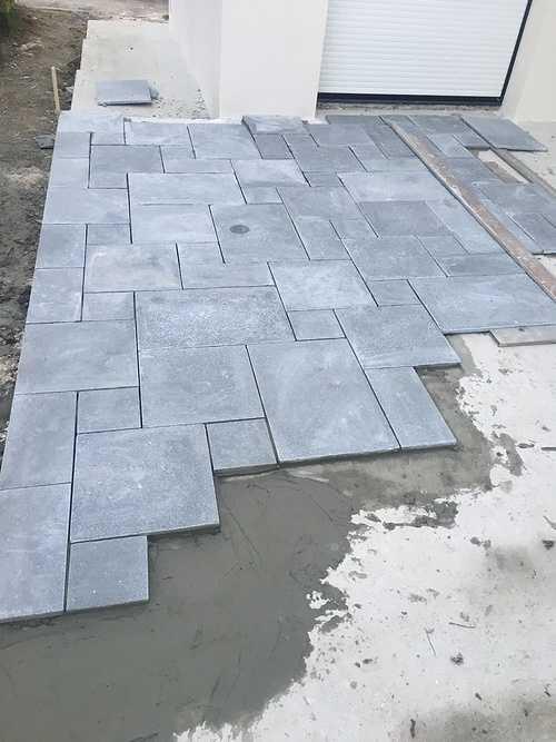 Pose de dalles pierre naturelle multi format pour une terrasse 0